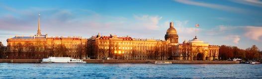 Mening aan Heilige Peterburg in de avond Stock Foto