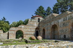 Mening aan hersteld binnenpark van kasteel Hisarlak met aarden schip stock afbeeldingen