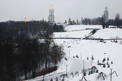 Mening aan het Nationale Museum` Gedenkteken aan Holodomor-slachtoffers ` en Grote Lavra Bell Tower van Park VÑ -VÑ-chnoj Slavi stock foto