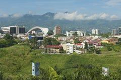 Mening aan het Nationale Stadion en de gebouwen met bergen bij de achtergrond in San Jose, Costa Rica Stock Foto's