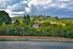 Mening aan Iers huis op Rivier Shannon Royalty-vrije Stock Foto