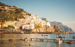 Mening aan Italiaans kustdorp Amalfi met boten op de voorgrond royalty-vrije stock foto's