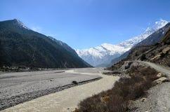 Mening aan Kaligandaki-rivier en de bergketen van Himalayagebergte Stock Afbeeldingen