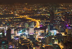 Mening aan Kuala Lumpur (Maleisië) bij nacht stock fotografie