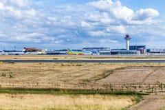 Mening aan ladingsgebied bij de internationale luchthaven van Frankfurt royalty-vrije stock foto
