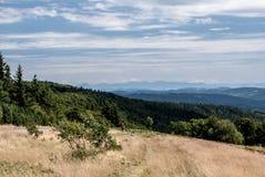 mening aan Mala Fatra-bergketen van Radhost-heuvel in de bergen van Moravskoslezske Beskydy in Tsjechische republiek Royalty-vrije Stock Afbeeldingen