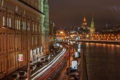 Mening aan Moskou het Kremlin bij nacht stock afbeelding