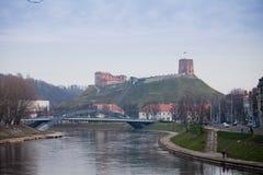 Mening aan Neris-rivier, Mindaugas-brug en Gediminas-Toren stock fotografie