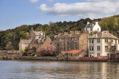 Mening aan oude huizen in Zuiden Queensferry, Schotland Royalty-vrije Stock Foto's