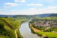 Mening aan rivier Moezel en Marienburg-Kasteel dichtbij dorp Puenderich - de wijngebied van Moezel in Duitsland stock foto
