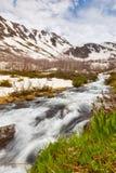 Mening aan sneeuw op de bergen van de Kaukasus over motie vaag stroomne Royalty-vrije Stock Fotografie