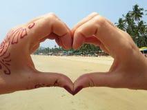 Mening aan strand door de hart-vormige handen Zuiden Goa, Stock Fotografie