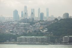 Mening aan van Bedrijfs Istanboel kwarten over Bosphorus Stock Fotografie