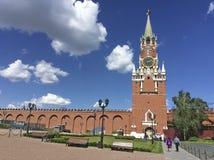 Mening aan Verlossertoren van binnenuit het Kremlin, Moskou stock afbeeldingen