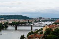 Mening aan Vltava de rivier en briges van Praag Stock Foto's