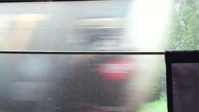 Mening achter venster van trein De rit van de treinlooppas op hoge snelheid door spoorweg stock video