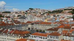 Mening als rijke infrastructuur van Lissabon met sneeuwwitte huizen met rode daken stock footage