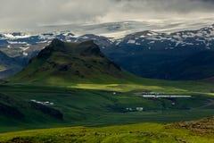 Mening bij berglandschap in IJsland Stock Foto's