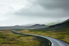 Mening bij berglandschap in IJsland stock afbeeldingen