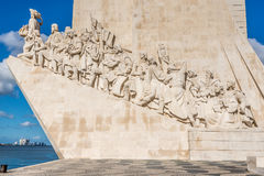 Mening bij de Beeldhouwwerken van Monument aan de Ontdekkingen in Lissabon, Portugal stock foto