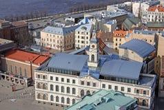 Mening bij de bouw van de Gemeenteraad van Riga bij de Stad Hall Square stock foto