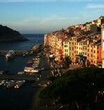 Mening bij de dageraad van Portovenere en haven met vastgelegde boten, overzees, kleurrijke gebouwen, bomen Stock Foto's