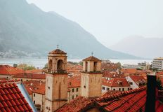 Mening bij de Kotor-baai en de oude stad van de Lovchen-berg royalty-vrije stock afbeelding