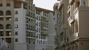 Mening bij de moderne bouw op straat Het gelijk maken in stad Architectuur facade niemand stock video