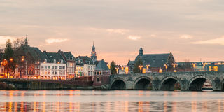 Mening bij de Nederlandse brug van Sint Servaas met lichten in Maastricht Stock Afbeelding