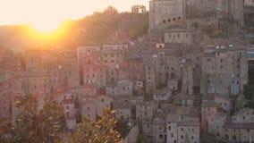 Mening bij de oude beroemde tuff stad Sorano stock video