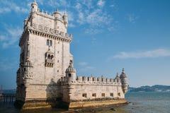Mening bij de toren van Belem bij de bank van Tejo River in Lissabon - Portugal stock afbeeldingen