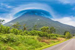 Mening bij de vulkaanarenal piek in wolken, Costa Rica wordt behandeld dat stock afbeelding