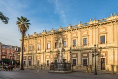 Mening bij het de bouw Algemene Archief van Brits-Indië in Sevilla - Spanje stock afbeeldingen