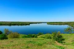 Mening bij het estuarium van de Kamenka-Rivier dichtbij het dorp van Onderzoek Royalty-vrije Stock Afbeeldingen