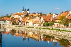 Mening bij het hisorical Joodse kwart met Jihlava-rivier in Trebic - Moravië, Tsjechische republiek stock fotografie