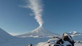 Mening bij het losbarsten Klyuchevskaya Sopka - actieve vulkaan van Kamchatka stock footage