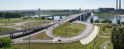 Mening bij Kuzneckiy-brug over de rivier van Tom in Kemerovo-stad Royalty-vrije Stock Foto