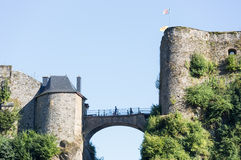 Mening bij muren en Belgische middeleeuwse het Kasteelbouillon van de slotbrug Stock Afbeelding