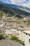 Mening bij oude stad van Gjirokastra in Albanië Stock Foto
