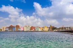 Mening bij pantoonbrug en van de binnenstad in Willemstad, Curacao stock foto's