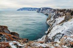 Mening boven groot mooi meer in de winter, het meer van Baikal, Rusland stock fotografie