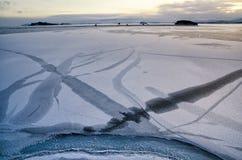 Mening boven grote mooie bevroren meer en berg in de winter, het meer van Baikal, Rusland Stock Foto