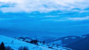 Mening in de mistige berg van de zonsondergangwinter stock footage