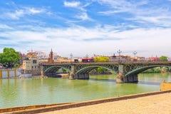 Mening de stad in van de Rivierpromenade van Sevilla en van Guadalquivir stock fotografie