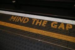 `-Mening det Gap `-tecknet som lokaliseras i den London tunnelbanan arkivbilder