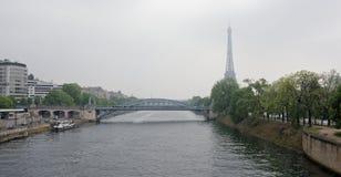 Mening die bij Eifel-toren en spoorwegbrug Rouelle Zwaan de kruist is royalty-vrije stock foto