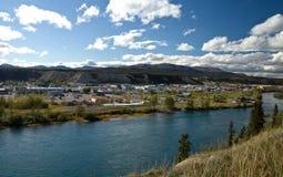 Mening die de Yukon-Rivier en de stad van Whitehorse overzien Royalty-vrije Stock Foto