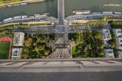 Mening die neer van de toren van Eiffel, Parijs, Frankrijk kijken Stock Foto's