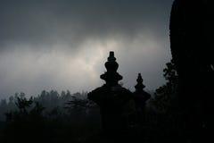 Mening die van bergtempel tempel overzien fores Stock Fotografie