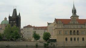 Mening die van cityscape van Praag zich langs de Vltava-rivier op boot, Tsjechische Republiek bewegen stock videobeelden